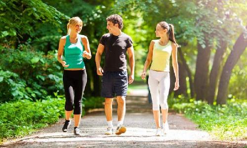 Düzenli olarak tempolu yürüyüşlere yapın